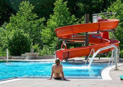 Außenschwimmbecken und Rutsche
